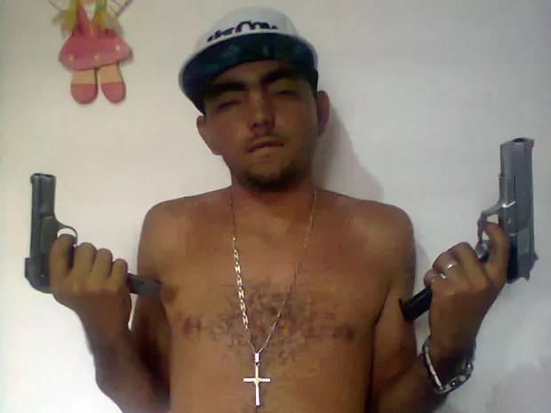 Segundo a polícia, foto do suspeito estava no aparelho celular que ele próprio deixou cair (Foto: Divulgação/Polícia Militar do RN)