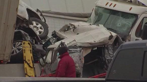 Carros e caminhão danificados após engavetamento perto de Fort Worth, no Texas (EUA), nesta quinta-feira (11) — Foto: NBC