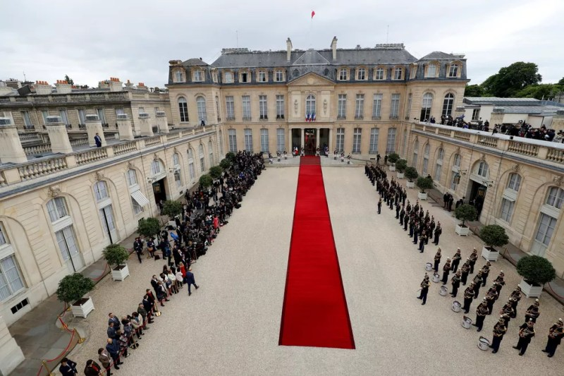 Visão geral do tapete vermelho no Palácio do Eliseu para a cerimônia de posse de Emmanuel Macron (Foto: Patrick Kovarik/Pool/Reuters)