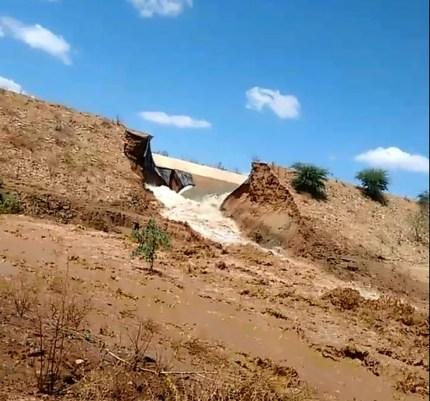 Canal da transposição rompe em Salgueiro, Sertão de Pernambuco (Foto: Willian Carvalho e  Marcelo Manoel/ Arquivo pessoal )