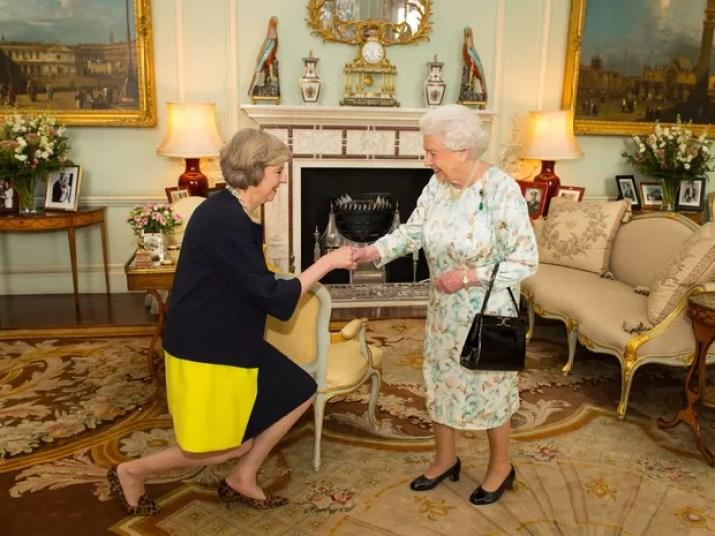 Theresa May cumprimenta rainha no Palácio de Buckingham (Foto: Dominic Lipinski/Pool Photo via AP)