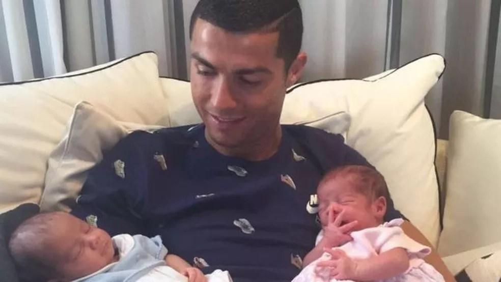 Cristiano Ronaldo mostra parte de sua vida privada no Instagram, mas também vende sua imagem para anúncios publicitários (Foto: Reprodução/Instagram/Cristiano Ronaldo)