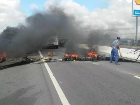 Manifestantes atearam fogo em pneus para interditar o km 134 da BR-232 em Caruaru (Foto: Divulgação/PRF)