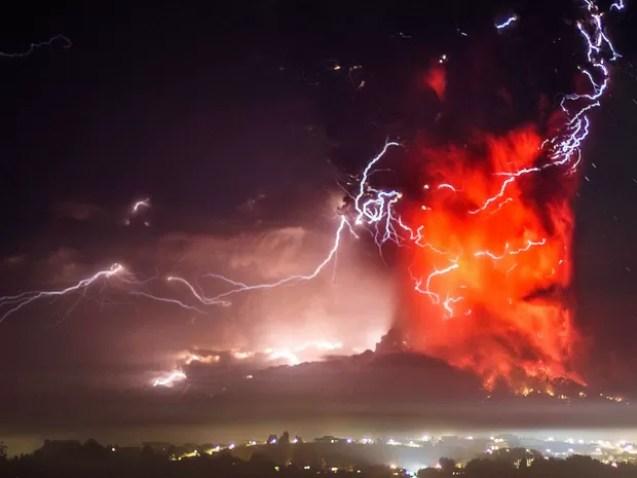 23/04 - O vulcão Calbuco entra em erupção perto de Puerto Varas, no Chile (Foto: David Cortes Serey/AP)