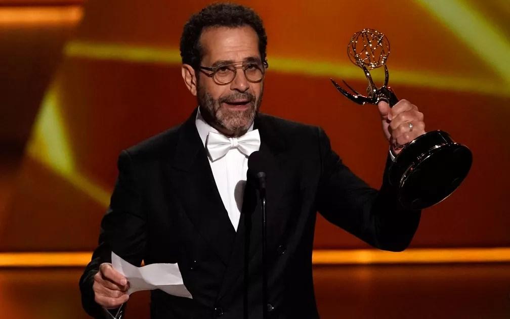 Tony Shalhoub comemora após ganhar o prêmio de melhor ator coadjuvante por série de comédia, por 'The Marvelous Mrs. Maisel', no 71º Emmy no Microsoft Theatre, em Los Angeles, no domingo (22) — Foto: Reuters/Mike Blake