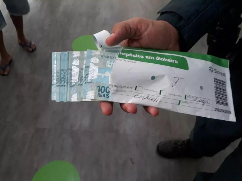 Polícia irá até agência bancária para tentar achar dono de dinheiro, em Costa Rica (MS). — Foto: Polícia Militar/Divulgação