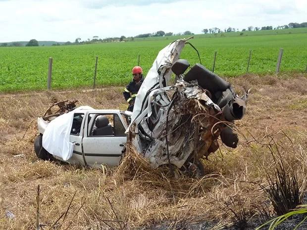 Com o acidente, veículo foi cortado ao meio em rodovia de Mato Grosso. (Foto: Jaqueline Hatamoto/ Clique F5)