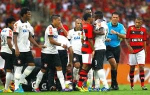 Elias confusão jogo Flamengo e Corinthians (Foto: Pedro Kirilos / Agência O Globo)