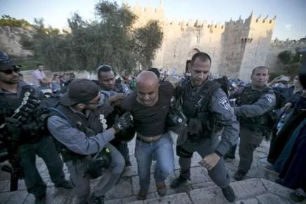 O protesto aconteceu durante marcha de israelenses nacionalistas, que comemoravam a tomada de Jerusalém Oriental (Foto: Ammar Awad/Reuters)