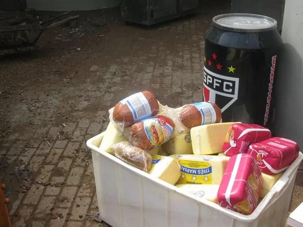 Alimentos estragados no clube após serem levados por correnteza durante temporal (Foto: Tatiana Santiago/ G1)