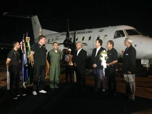 Prefeito de Chapecó, Luciano Buligon, recebeu flores de jornalistas do AM (Foto: Indiara Bessa/G1 AM)