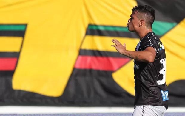 Bernardo comemora gol do Vasco sobre o Duque de Caxias (Foto: Rui Porto Filho/Agência Estado)