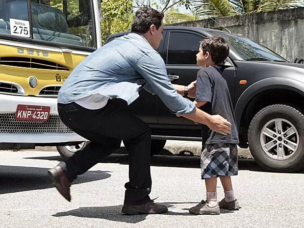 Théo impede que ônibus atropele Júnior (Foto: Salve Jorge/TV Globo)