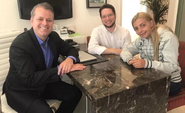 Os dentistas Alessandro e Marcelo e a paciente Luciene, em Santos, SP (Foto: José Claudio Pimentel/G1)