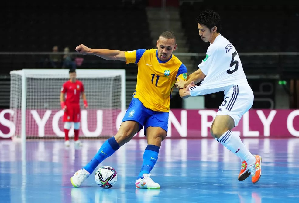 Ferrão disputa a bola com o japonês Minamoto — Foto: Angel Martinez/FIFA