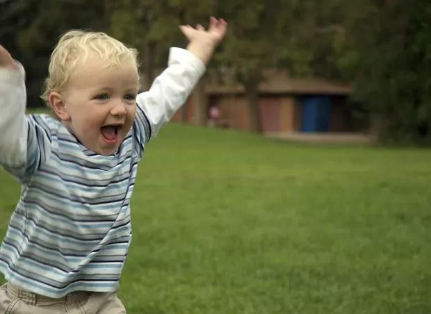 Resultado de imagem para criança bebe pulando