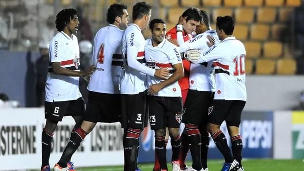 Jogadores do São Paulo comemoram com Denis (Foto: Marcos Ribolli / Globoesporte.com)