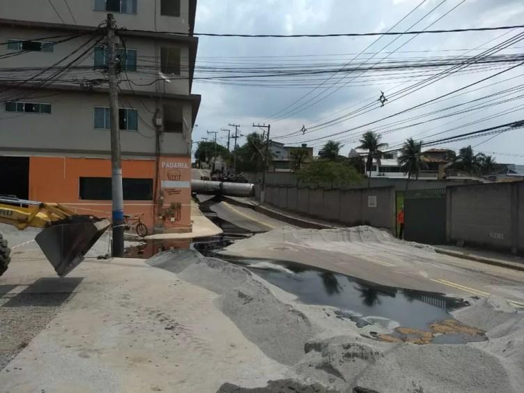 Galerias de águas precisaram ser isoladas e material arenoso despejado na rua para evitar que produto asfáltico contamine a água — Foto: Osiel Azevedo/Inter TV RJ