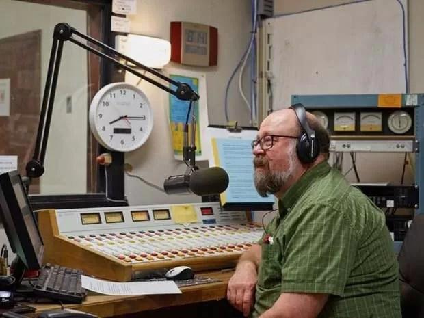 Chuck Niday apresenta programa de jazz no rádio (Foto: Emile Holba/ BBC)