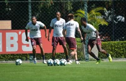 Douglas  (centro) briga por uma vaga entre os titulares do time de Dorival Júnior (Foto: Érico Leonan / saopaulofc.net)