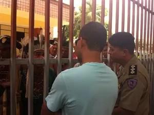 O delegado da Polícia Federal, Cristiano Campidelli e o major Wagner Fabiano negociam com os índios (Foto: Diego Souza)