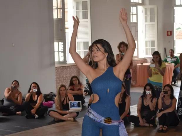 A dançarina Mahaila El Helwa durante workshop de dança do ventre em Varginha, MG. (Foto: Tiago Campos / G1)
