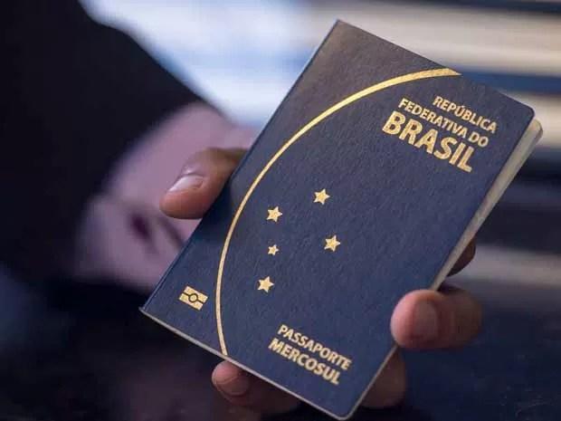 Novo modelo de passaporte divulgado nesta sexta (10) pelo ministro da Justiça, José Eduardo Cardozo (Foto: Marcelo Camargo/Agência Brasil)