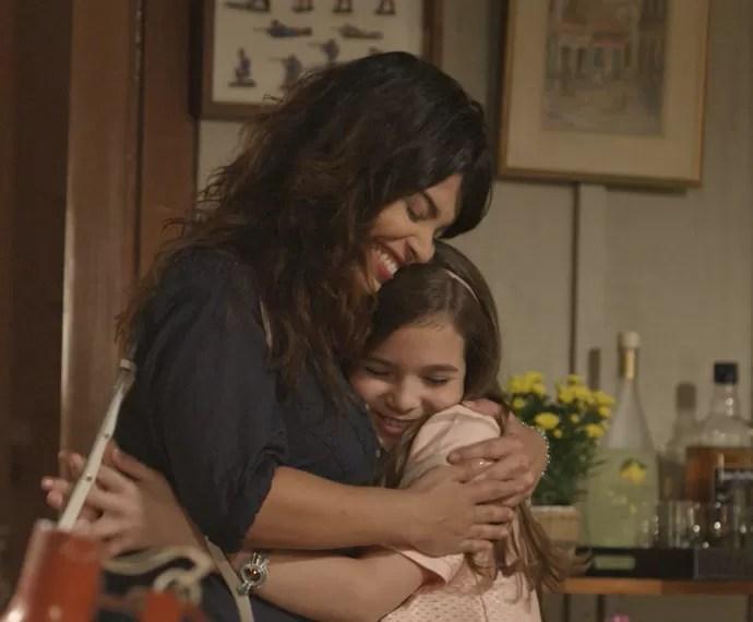 Rita e Felícia se abraçam (Foto: TV Globo)
