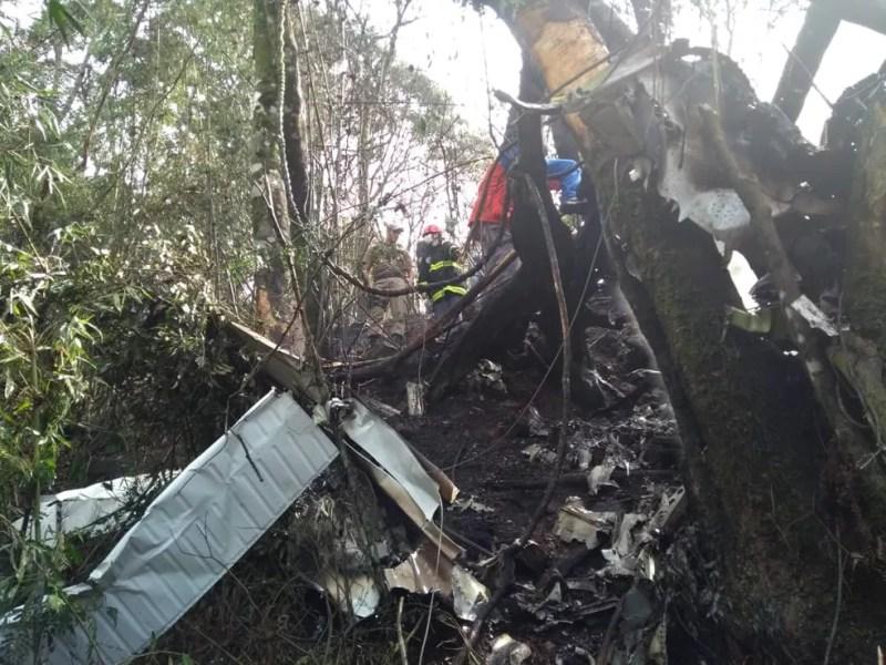 Destroços do avião que caiu em Ipumirim neste sábado (15) — Foto: Alex Pacheco/ Atual FM