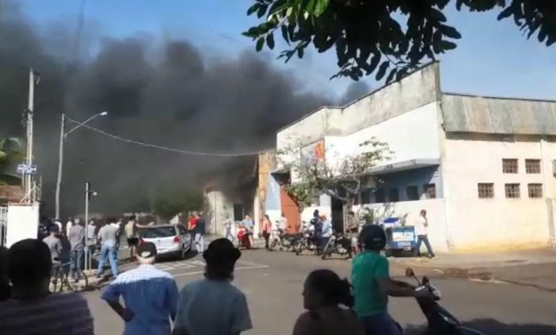Fumaça de incêndio em fábrica de móveis chama atenção de moradores em Birigui nesta terça-feira (2) — Foto: Arquivo Pessoal