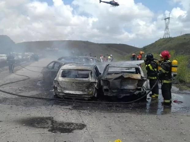 Carros e motos se envolveram em acidente na BR-232, em Jaboatão (Foto: Divulgação/PRF)