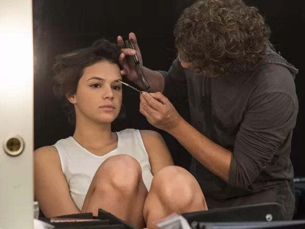 Marcelo Dias, caracterizador da novela, faz os últimos ajustes na maquiagem de Bruna (Foto: Raphael Dias/Gshow)