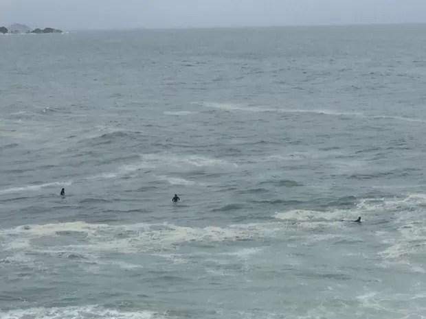 Surfistas encararam o mar agitado na Praia do Leblon, Zona Sul do Rio (Foto: Matheus Rodrigues / G1)