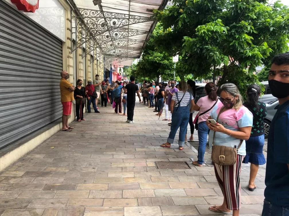 Multidão fazia fila na porta das lojas, no centro de Manaus, aguardando a reabertura do comércio. — Foto: Matheus Castro/G1