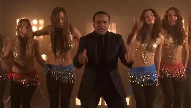 Muhammad Shahid Nazir canta seu hit 'Peixe de uma libra esterlina' (Foto: Reprodução/YouTube)