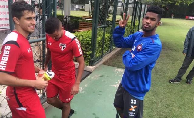Ewandro conversa com jogadores do São Paulo (Foto: Marcelo Hazan)