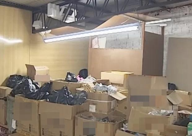 No estoque, tapumes escondiam cama e pertences da chinesa (Foto: Eduardo Fonseca / TV TEM)