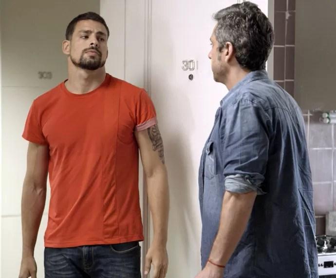 Juliano esmurra porta e enfrenta Romero (Foto: TV Globo)