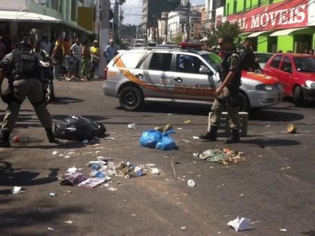 Policiais da Força Tática retiraram os blocos de concretos e os restos de lixo para liberar o trânsito. (Foto: Fabiana De Mutiis/G1)