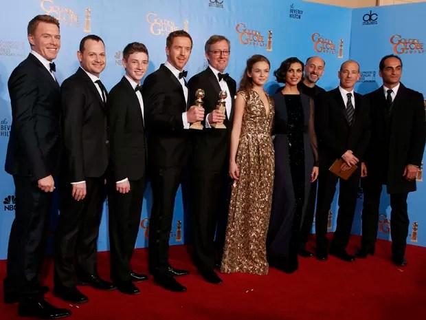 Elenco e produtores de 'Homeland', série eleita a melhor na categoria drama no Globo de Ouro 2013 (Foto: Lucy Nicholson/Reuters)