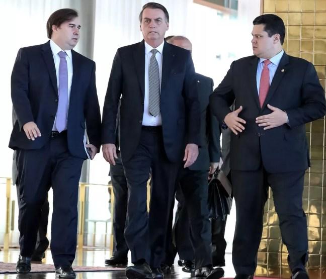 O presidente Jair Bolsonaro, acompanhado dos presidentes da Câmara, Rodrigo Maia, e do Senado, Davi Alcolumbre — Foto: Marcos Correa/Brazilian Presidency/Handout via REUTERS
