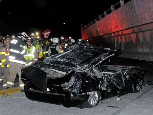 Carro foi destruído após queda de ponte em Quaiaquil, no Equador, por causa de terremoto (Foto: Marcos Pin Mendez/AFP)