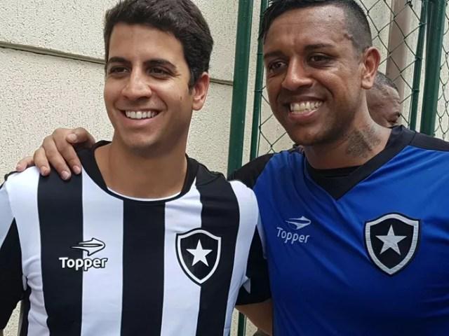 Sidão tira foto com torcedores após treino em General Severiano (Foto: Marcelo Baltar)