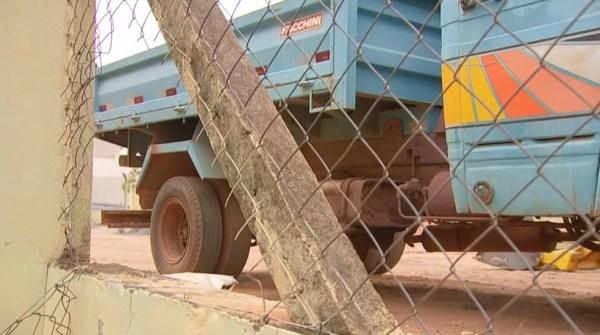 Grade foi arrombada e ladrões levaram baterias de caminhões (Foto: Reprodução/TV TEM)