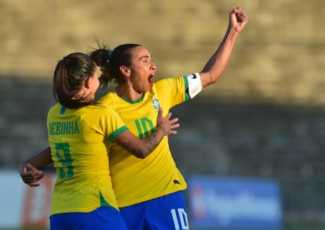 Marta e Debinha tiveram atuação de gala contra a Argentina, no Almeidão — Foto: Josemar Gonçalves/AGIF