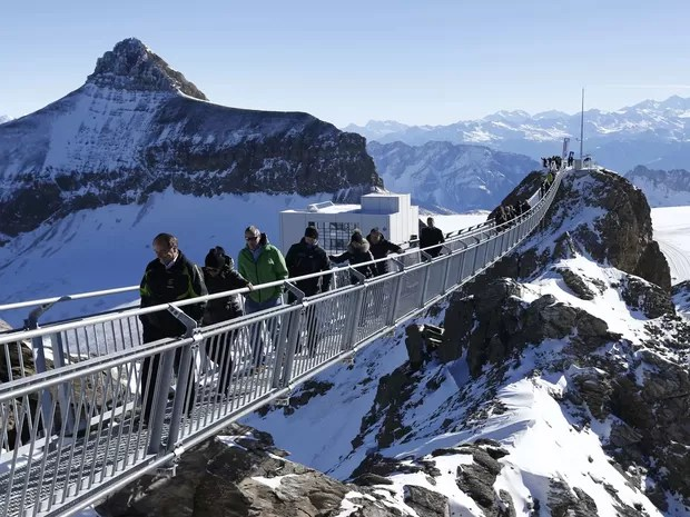 Turistas apreciam a vista do alto da passarela (Foto: Denis Balibouse/Reuters)