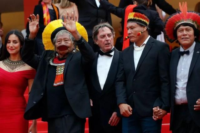 Líder indígena brasileiro Raoni Metuktire e o diretor de cinema Jean-Pierre Dutilleux em Cannes — Foto: Stephane Mahe/Reuters