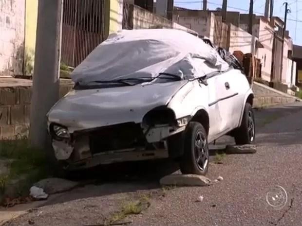 Com os pneus furados e porta-malas abertos, carros são encontrados abandonados pelas ruas da cidade (Foto: Reprodução/TV TEM)