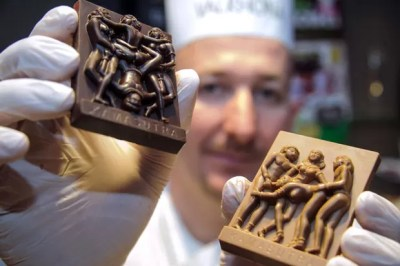 Sebastien Pawly criou barras de chocolate inspiradas em posições sexuais do livro Kamasutra (Foto: Sebastien Bozon/AFP)