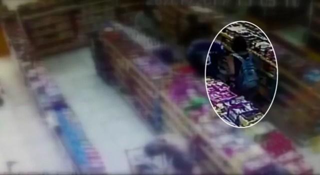 Dupla usa mochila da loja para esconder produtos (Foto: Reprodução/EPTV)